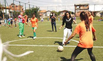 Снимка на деня: Принцесата на Катар играе футбол с деца във