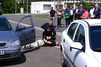 Снимка на деня: Полицаи демонстрираха пред депутати как се учат