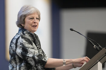 Тереза Мей постигна две малки победи в парламента