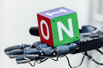 Видео: Робот се научи за 100 години как да върти предмети с ръка