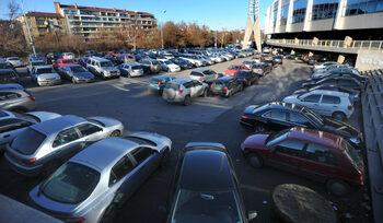 Столичната община започва премахването на коли около националния стадион, паркингът става платен