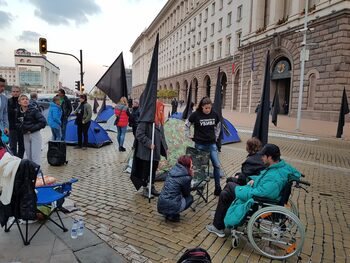 Майките на деца с увреждания излизат на протест с искане за оставка на Валери Симеонов