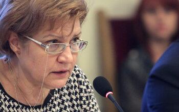Вдигането на данъка за старите коли няма да е съществено, смята Менда Стоянова