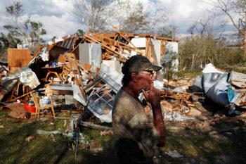 Издирват се над 1000 души, водещи се за изчезнали след урагана във Флорида
