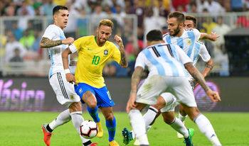 Снимка на деня: Сладка победа в стотния мач от голямото футболно съперничество