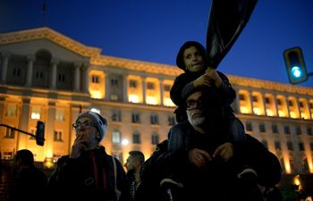 Протестиращите срещу Симеонов обмислят дали да не искат оставката и на Каракачанов