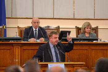 Скопие се самозабравя, обяви Каракачанов