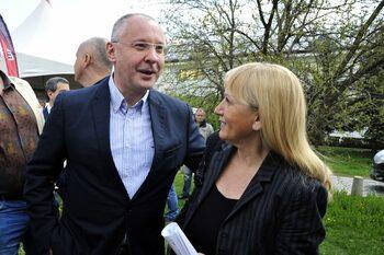 Снимка на деня: Станишев и Йончева прегърнати за евроизборите