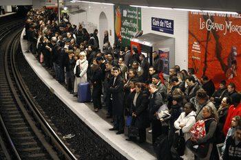 Парижкото метро заменя хартиените билети с карти