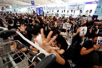 Хонконг отново спря всички полети заради нестихващите протести