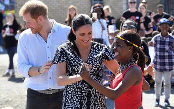 Снимка на деня: Принц Хари и Меган започнаха африканската си обиколка
