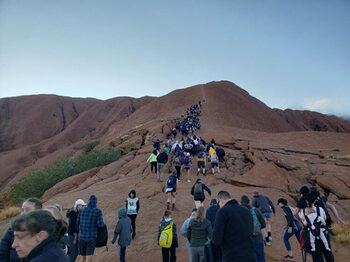 Хиляди изкачват за последно втората по големина скала в света