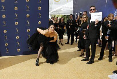 """Фотогалерия: Бели рокли, смели костюми и предложение за брак на наградите """"Еми"""""""