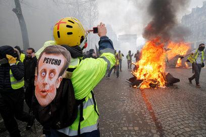 """Фотогалерия: Сблъсъци между """"жълтите жилетки"""" и полицията в Париж"""