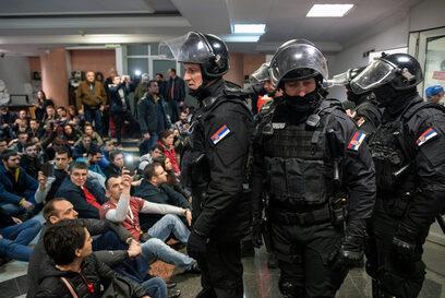 Фотогалерия: Протестиращите в Белград проникнаха в сградата на държавната телевизия