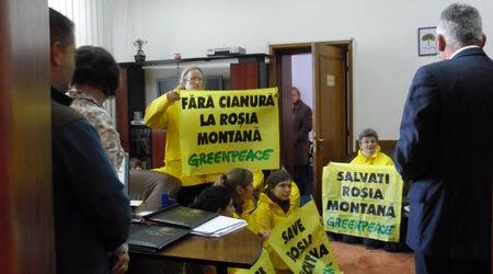Активисти окупираха кабинета на румънския екоминистър в акция срещу златодобивен проект