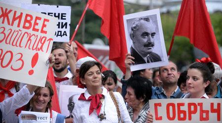 """Кадър от манифестацията-пародия на 9 септември, организирана от протестиращите срещу кабинета """"Орешарски"""""""