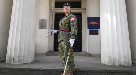 Фотогалерия: За пръв път жена командва смяната на караула пред...