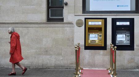 Снимка на деня: Първият банкомат в света празнува 50-ти рожден ден