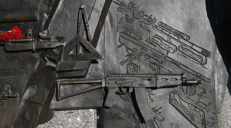 От паметника на Калашников изрязаха изображение на автомат на Шмайзер
