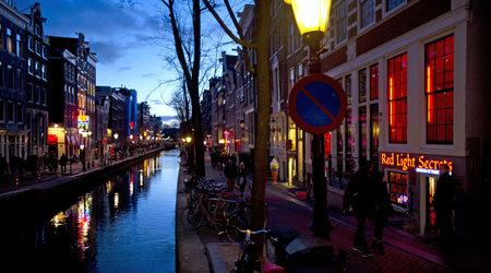 Кварталът на червените фенери в Амстердам спира организираните турове