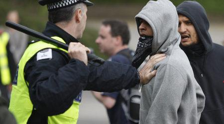 Полицай се опитва да усмири недоволен мюсюлманин, според когото противниците на новата джамия са расисти.
