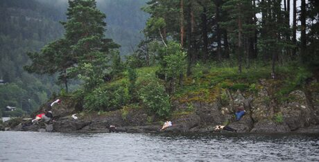 Снимка на норвежки криминален репортер показва кошмарната гледка, разкрила се пред очите на полицията - бреговете на островчето са били осеяни с трупове на момчета и момичета.
