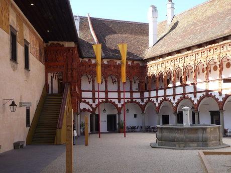 Дворът на замъка.