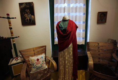 Тоалетът на Кало на фона на спалнята на художничката и съпруга й Диего Ривера.