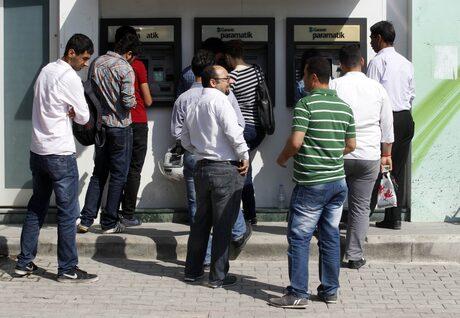 Турци се редят пред банкомати