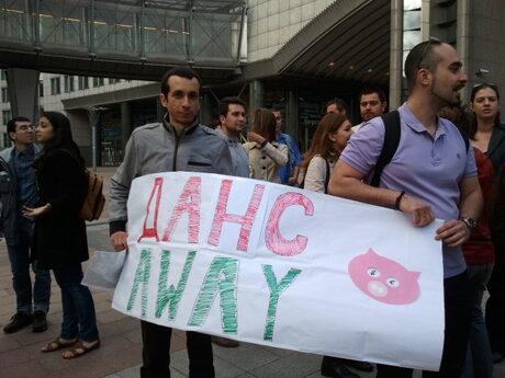 И протестиращите в Брюксел се бяха подготвили с плакати