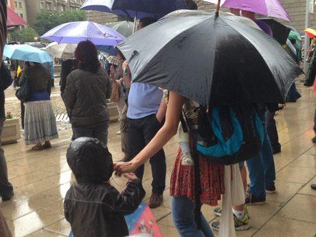 С две деца на протест в дъжда