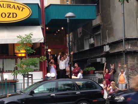 """Сватбари поздравяват преминаващото протестно шествие по бул. """"Цар Освободител"""""""