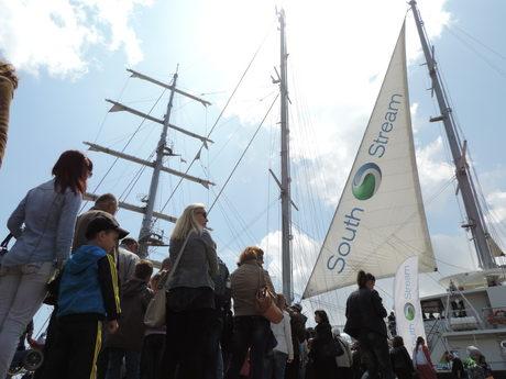"""Платното на плаващият под малтийски флаг ветроход """"Running on Waves"""" брандирано със корпоративния знак на """"Южен поток"""" по време на регатата """"Тол шипс"""" през 2014 г."""