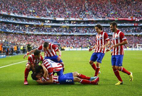 """Футболистите на """"Атлетико"""" (Мадрид) празнуват след гола на Диего Годин"""