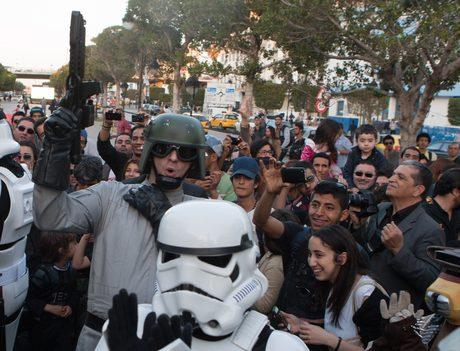 """Протест на международния фен клуб на """"Междузвездни войни"""" за спасяването на декорите в Тунис."""