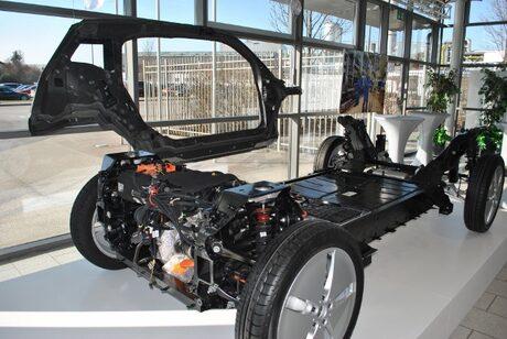 Шасито и един от компонентите от каросерията на БМВ i3.