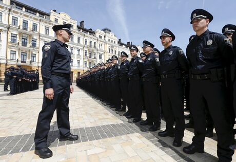 Полицаи полагат клетва, преди да започнат службата си по контрол на пътищата - част от реформите на украинските власти в борба с корупцията.