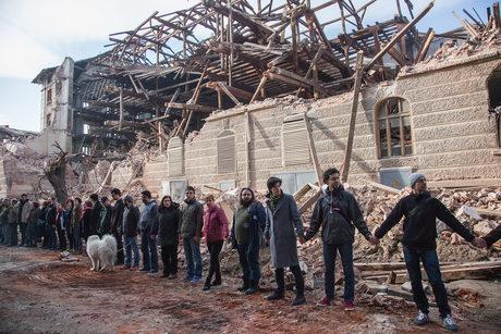 Граждани оградиха с жива верига полуразрушената сграда