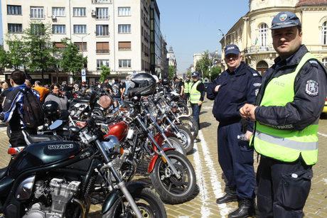 """Видео: С рок протест пред парламента мотористи поискаха сезонна """"Гражданска отговорност"""""""