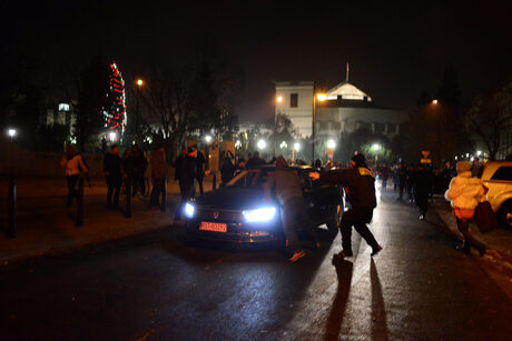 Полицията разблокира със сила полския парламент, кризата продължава