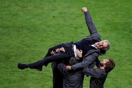 """Моуриньо спечели три отличия с """"Манчестър юнайтед"""" в първия си сезон на """"Олд Трафорд"""""""