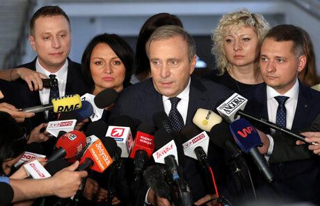"""Лидерът на опозиционната партия """"Гражданска платформа"""" Гжегож Схетина говори пред медиите в парламента на Варшава."""