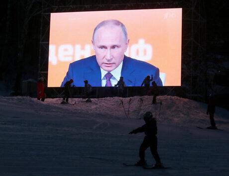 Снимка на деня: На ски под погледа на Путин