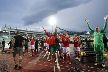 Футболистите на ЦСКА празнуват след края на мача.