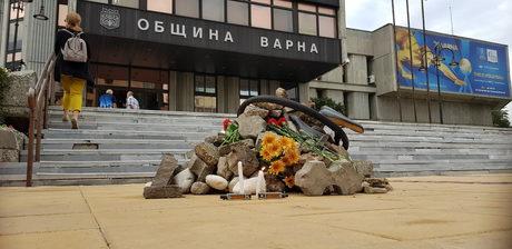 Грамадата пред сградата на общината във Варна, струпана през есента на т.г.
