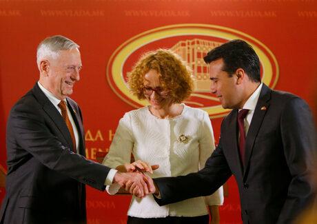 Министрите на отбраната на САЩ и Македония, Джеймс Матис и Радмила Шекеринска, с македонския премиер Зоран Заев в Скопие.