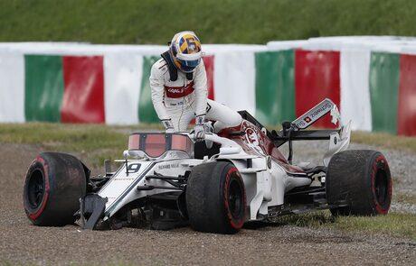 Маркус Ериксон катастрофира в началото на квалификацията.