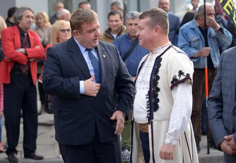 Красимир Каракачанов и певецът Илия Луков на церемонията за отбелязване на 125 години от създаването на ВМРО.