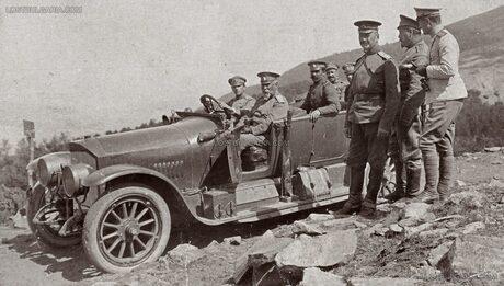 Посещение на генерал Георги Тодоров, командир на III Българска армия, на позициите на 22-ри артилерийски полк при Беласица, шофьорът е подпоручик княз Кирил Преславски, вторият син на цар Фердинанд и брат на престолонаследника княз Борис Търновски, който също е на фронта. 12 юни 1917.